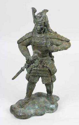 Samuraikrieger aus Bronze, Japan um 1920, Bronzeguss mit grün-brauner Patina, Samurai in stehender