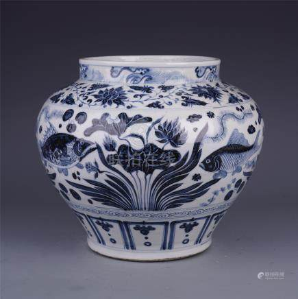 CHINESE PORCELAIN OF BLUE AND WHITE FISH AND WEED JAR