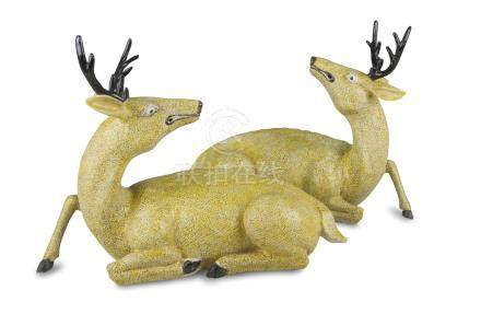 A PAIR OF PORCELAIN SCULPTURES, CHINA 20TH CENTURY representing two deers. Measures cm. 26 x 34 x