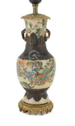 CERAMIC VASE IN POLYCHROME ENAMELS, CHINA EARLY 20TH CENTURY decorated with scenes of battle,