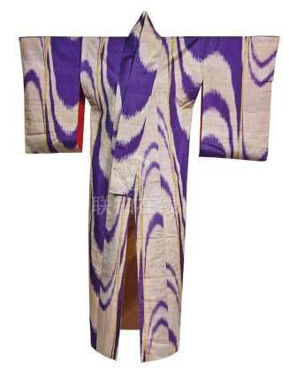 KIMONO en soie à décor imprimé de mauve H.:…