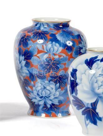 VASE ovoïde en porcelaine à décor gros bleu…