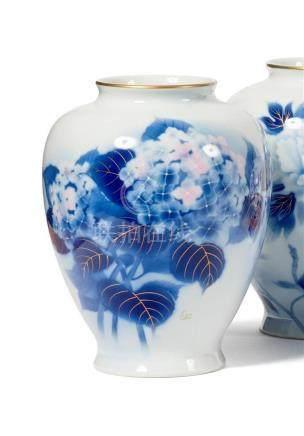 VASE ovoïde en porcelaine à décor d'hortensias,…