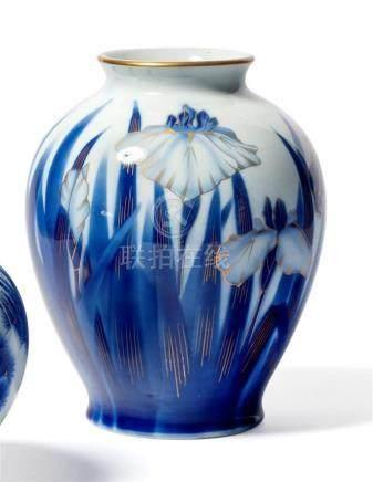 VASE ovoïde en porcelaine à décor d'une frise…