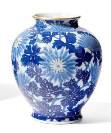 VASE ovoïde en porcelaine à décor de chrysanthèmes,…