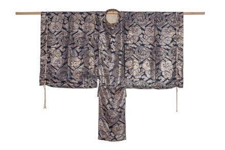 KARIGINU en soie bleu brodée de fils d'argent…