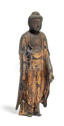 BOUDDHA Amida, debout en bois sculpté, vêtu…