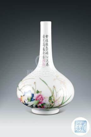 民國  粉彩花卉紋長頸瓶