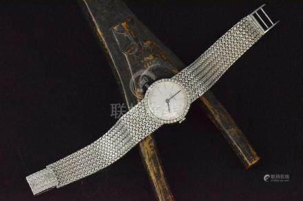 Montre bracelet de dame UNIVERSAL GENEVE en or blanc à cadran entourage de petits diamants, bra