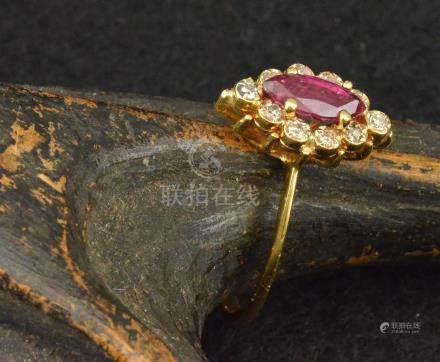 Bague en or jaune sertie d'un rubis forme navette entourée de dix petits diamants PB. 2,3 g TDD