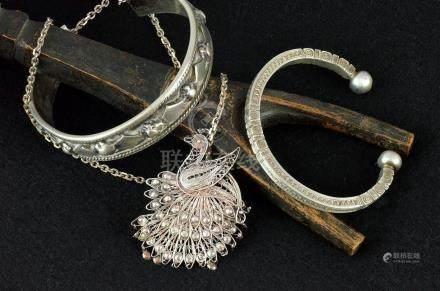 Deux bracelets et un pendentif avec chaîne en argent P. 124 g