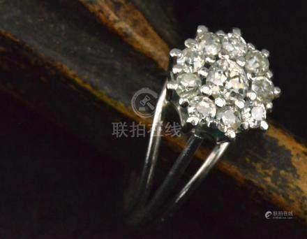 Bague en forme de marguerite en or gris sertie de huit diamants de 0,10 cts environs PB. 5,7 g