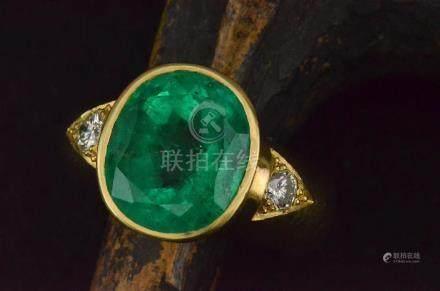 Bague en or jaune sertie d'une importante émeraude (13 x 11 mm) et de deux diamants de 0,10 cts