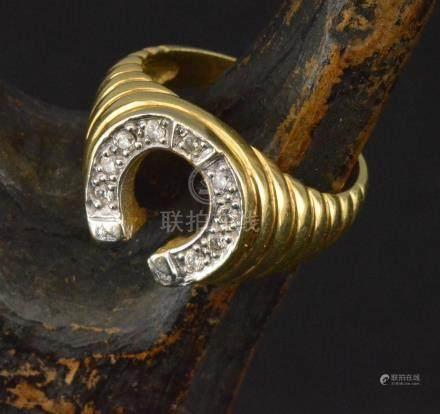 Chevalière en or jaune 18 K à décor de fer à cheval sertie de roses PB. 7,2 g TDD 58