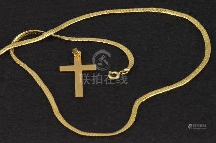 Chaîne maille plate (L.42 cm) et une croix en or jaune 18 K P. 7 g