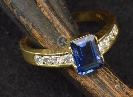 Bague en or jaune sertie d'un saphir (8,95 mm x 6,58 mm) et de huit diamants PB. 6,2 g TDD 65