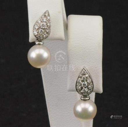 Paire de boucles d'oreilles en or blanc serties chacune d'une perle et petits diamants PB. 3,3