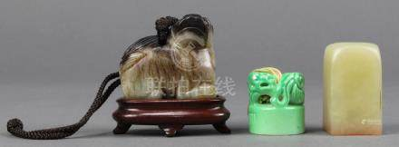 (lot of 3) Chinese toggle and seals: the first a jade mythical beast with black and dark brown
