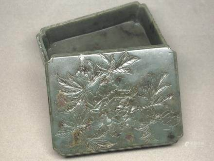 A SPINISH CARVED JADE BOX AND COVER, QING DYNASTY