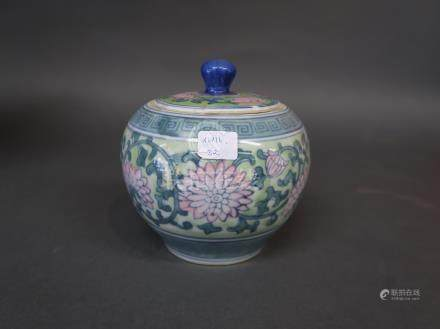 Petite coupe couverte en porcelaine, à décor de chrysanthèmes