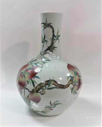 Grand vase Tianqiuping à décor de pêches. Marque apocryphe Guangx...