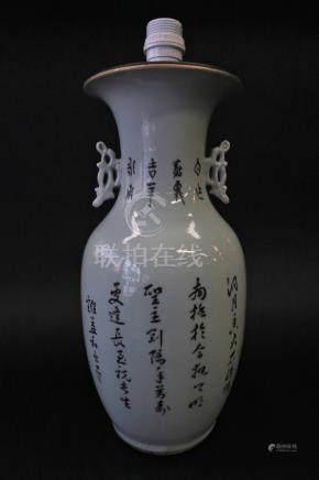 Vase balustre en porcelaine et émaux de la famille rose, décor re...