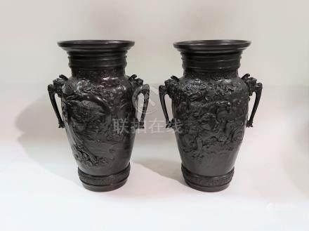 Paire de vases de forme balustre en patine brun rouge à décor fin...