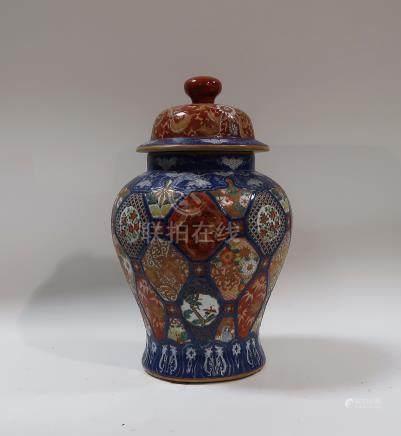 Potiche couverte en porcelaine Imari. Japon. Hauteur 40cm