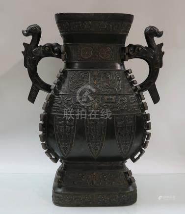 Vase archaïsant en bronze. XIX