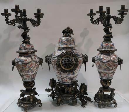 Garniture de cheminée en faïence d'Imari et bronze