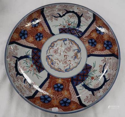 Plat en porcelaine Imari. Diamètre 44cm. Egrenures