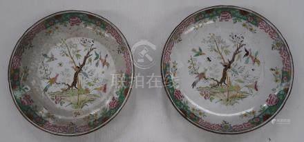 Deux plats sur piédouche en porcelaine à décor de volatiles. Diam...