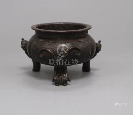 A 19th century Chinese bronze tripod censer H.7cm