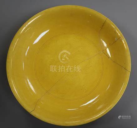 A Chinese yellow ground 'dragon' dish, Yongzheng mark, late 19th/early 20th century 23cm diameter