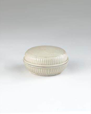 明 德化白瓷印花卉纹粉盒