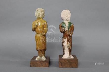 CHINE, Période Tang (618-907) DEUX STATUETTES en terre cuite représentant deux guerriers, l'un