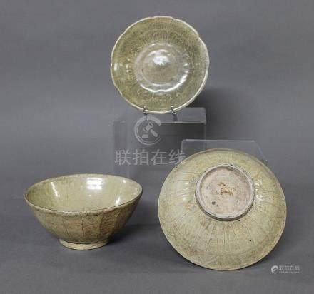 CHINE, Période Song-Yuan (XIIIème Siècle) DEUX COUPES en céramique et émail céladon, reprenant