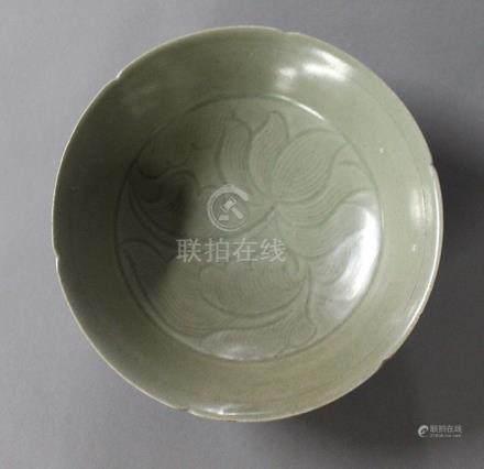 CHINE, Période Song-Yuan (XIIIème Siècle) COUPE FLORIFORME en céramique et émail céladon de typ