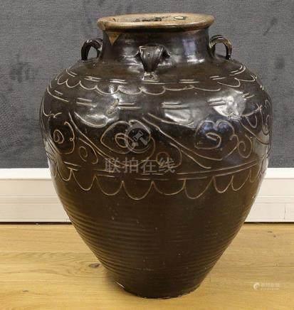 CHINE, Style Cizhou (?) GRANDE JARRE en terre cuite et émail noir à décor incisé de motifs en f