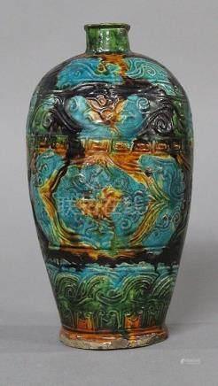 CHINE, Période Ming (XVIème Siècle) VASE BALUSTRE en céramique bleu, ocre et aubergine, à décor