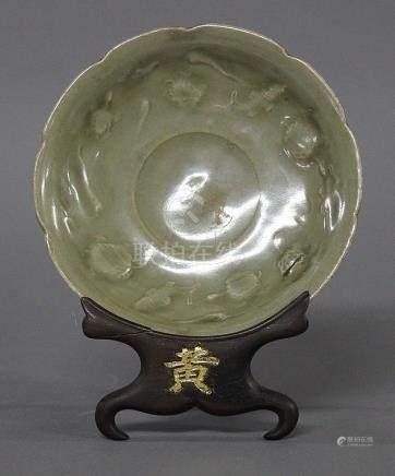 CHINE, Dynastie Ming (1368-1644) ASSIETTE polylobée de type Longquan en porcelaine et émail cél