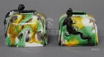 CHINE, Période Kangxi (1654-1722) DEUX GODETS de peintre en porcelaine et émaux tachetés 3 coul