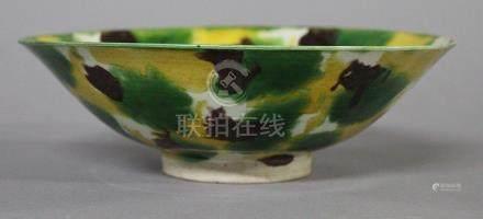 CHINE, Période Kangxi (1654-1722) COUPE en céramique et émail sançai (brun, vert et ocre) Diam.