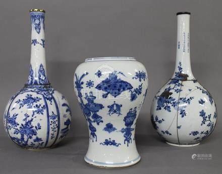 CHINE, Période Kangxi (1662-1722) et XIXème Siècle. Ensemble de 2 VASES BOUTEILLES en porcelain