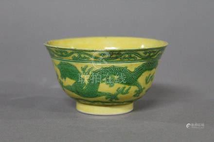 CHINE, Marque et Epoque Kangxi (1654-1722) PETITE COUPE en porcelaine, à décor en vert de drago