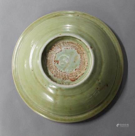 CHINE, Longquan XVIIème Siècle PLAT en porcelaine et émail céladon décor rainuré Diam. 28.5 cm