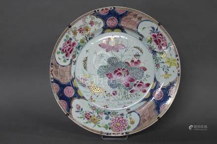 CHINE, XVIIIème Siècle GRAND PLAT en porcelaine, émaux de la Famille Rose et réhauts or à décor
