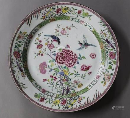 CHINE, XVIIIème Siècle GRAND PLAT en porcelaine et émaux de la Famille Rose à décor d'oiseaux b