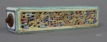 CHINE, XIXème Siècle CAGE A CRIQUET en porcelaine et émaux Famille Rose, à décor ajouré sur le