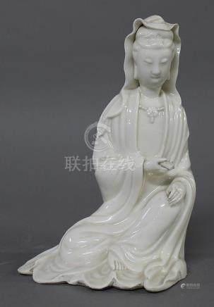 CHINE, XIXème Siècle SUJET en Blanc de Chine représentant une Guanyin assise en délassement, te